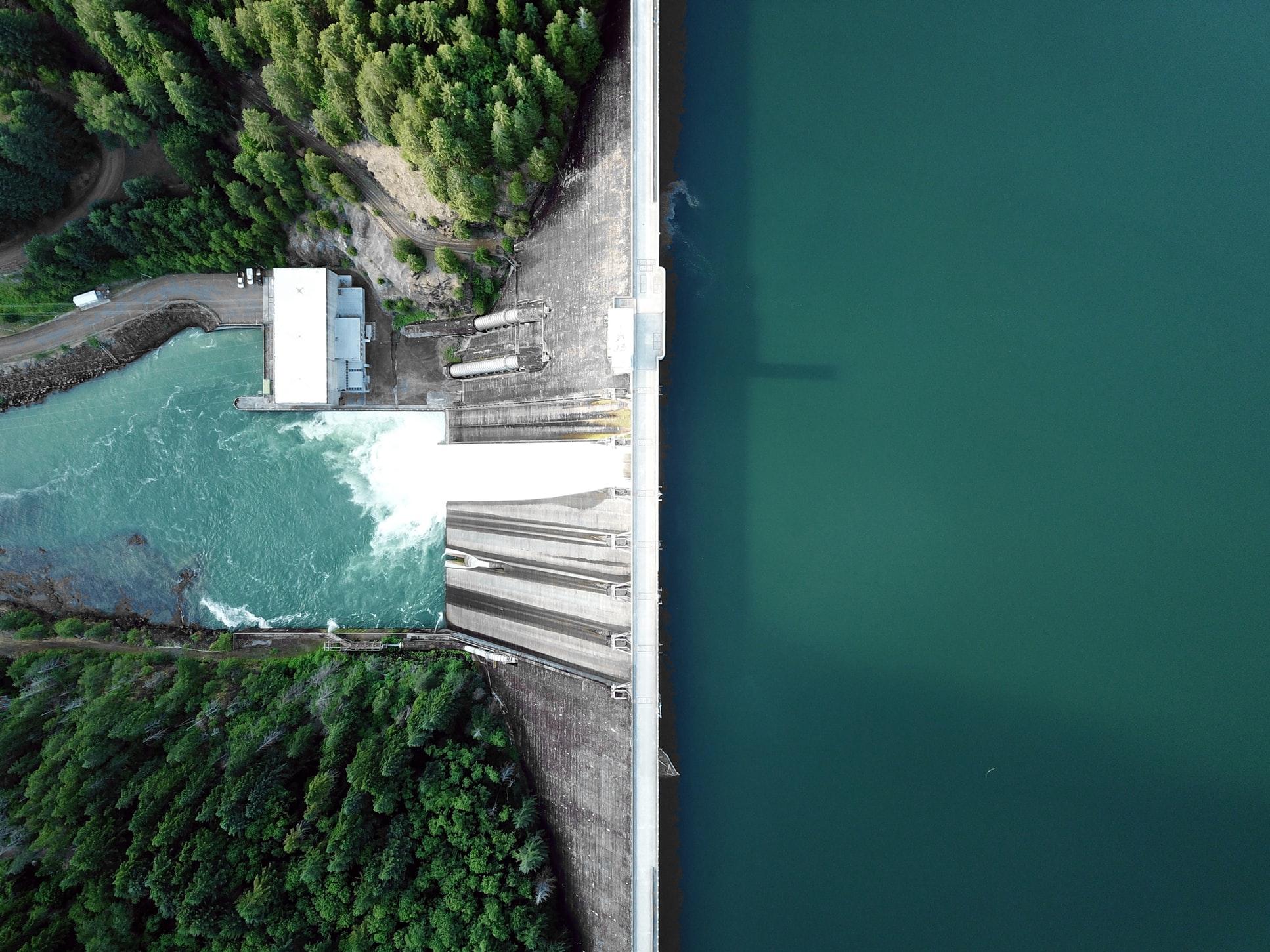 Luftbild einer Staumauer eines Wasserkraftwerkes